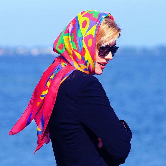 استفاده از روسری ابریشمی برای بستن دور سر